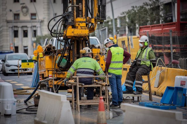 Varios obreros trabajan remodelando una calle durante el tercer día laborable del estado de alarma por coronavirus, en Barcelona/Catalunya (España) a 18 de marzo de 2020.