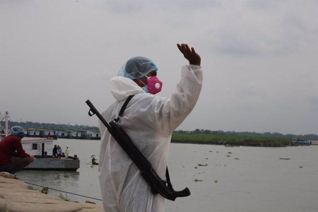 Un home amb un vestit de protecció enfront del coronavirus.