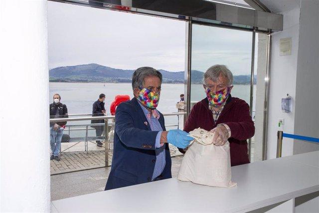 El presidente de Cantabria, Miguel Ángel Revilla, en el nuevo punto de recogida de donaciones para el Banco de Alimentos en el Palacete del Embarcadero