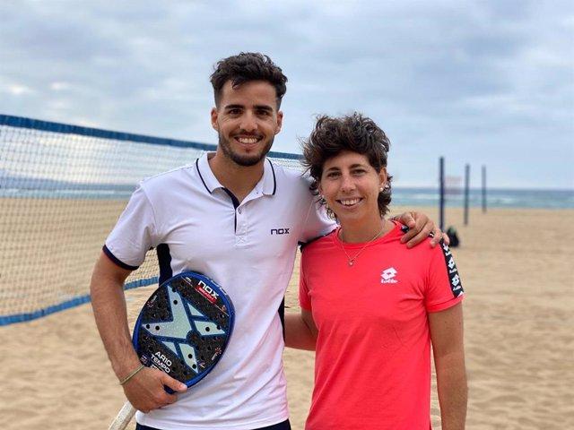 El grancanario y campeón del mundo de tenis playa, Antomi Ramos, junto a la también grancanaria y tenista Carla Suárez, que se animó a cambiar de superficite durante esta desescalada de la crisis del coronavirus