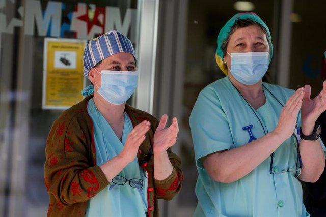 Sanitarios del Hospital General Universitario Gregorio Marañón aplauden a las puertas del hospital.