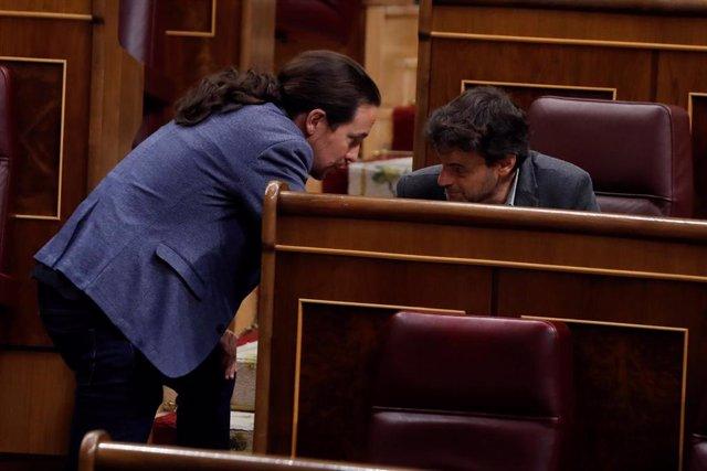 El vicepresidente tercero del Gobierno, Pablo Iglesias, conversa con el presidente del grupo parlamentario de Unidas Podemos-En Comú-Galicia en Común, Jaume Asens