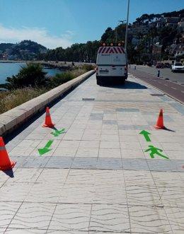 Trabajos de señalización de preferencia peatonal en el paseo marítimo Pablo Ruiz Picasso