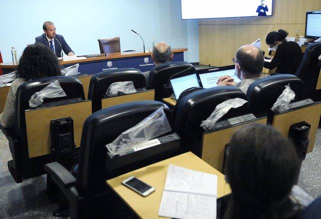 El ministre d'Ordenament Territorial, Jordi Torres, i la premsa mantenint les distàncies i les altres mesures de seguretat i higiene.