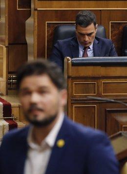 El portaveu parlamentari d'ERC,  Gabriel Rufián (davant), passa al costat del president del Govern, Pedro Sánchez