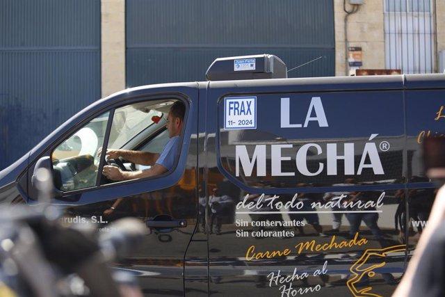 Salida de la furgoneta con la que operaba la empresa de la fábrica de Magrudis.