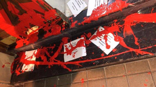 Imagen del portal de acceso al domicilio de la secretaria general del PSE-EE, Idoia Mendia, tras el ataque con pintura roja y octavillas
