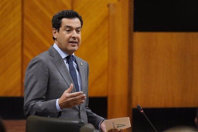 El presidente de la Junta, Juanma Moreno, en la pasada sesión de control en el Pleno del Parlamento.