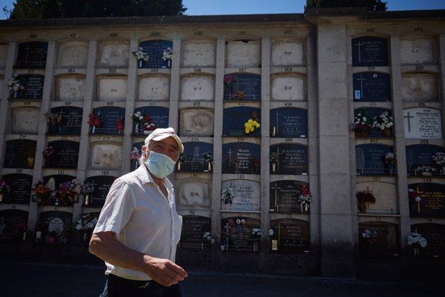 Una persona protegida con mascarillas acude a visitar a sus familiares durante el primer día de apertura al público del cementerio de Pamplona.
