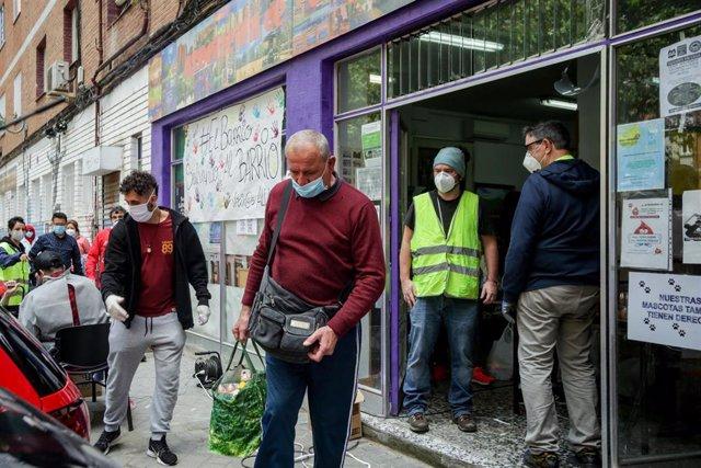 Voluntarios de la Asociación de Vecinos Parque Aluche entregan alimentos y productos donados en su sede