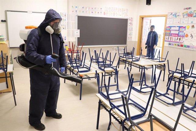 Imagen de tareas de desinfección en colegios públicos de la localidad de Pozuelo de Alarcón.