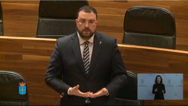 El presidente del Principado, Adrián Barbón, responde en el Pleno de la Junta al diputado de Foro, Adrián Pumares.