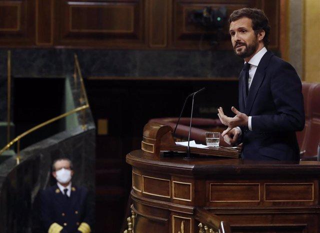 El líder del PP, Pablo Casado, interviene desde la tribuna durante el pleno del Congreso este miércoles donde se autorizará otra prórroga del estado de alarma solicitada por el Gobierno. En Madrid, (España), a 6 de mayo de 2020.