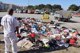 Imagen de archivo de destrucción de prendas destinadas a venta ambulante.