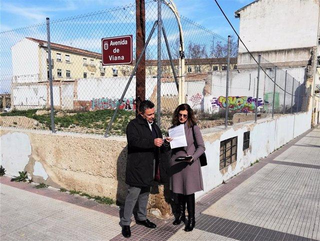 Escobar y San Martín, ante el solar de la antigua comisaria de Policía Nacional, en el que reclaman que se ejecute la construcción del futuro centro de salud Rodriguez Paterna