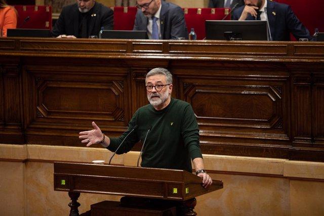 El diputat de la CUP en el Parlament, Carles Riera, intervé des del faristol durant un Ple del Parlament de Catalunya, en la mateixa jornada en la qual la Taula ha assumit la cessió de Torra com a diputat, a Barcelona (Espanya), a 27 de gener de 2020.