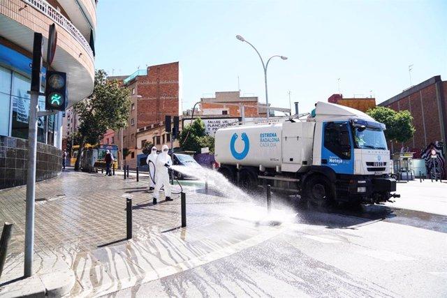 L'Ajuntament de Badalona (Barcelona) ha iniciat una campanya de neteja i desinfecció als carrers.