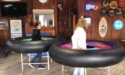 La creativa estrategia de un bar para que sus clientes mantengan la distancia social: mesas individuales con flotadores