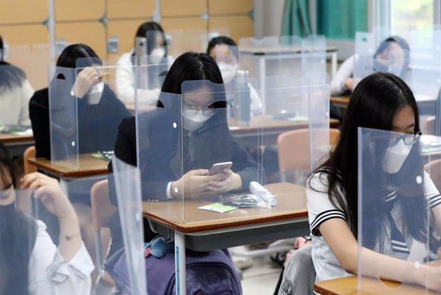 Coronavirus.- Corea del Sur reanuda las clases pendiente aún del rebrote de caso