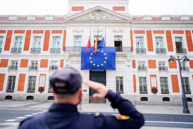 Bandera de la UE sobre la fachada principal de la Real Casa de Correos para conmemorar el Día de Europa, celebrado el 9 de mayo, en Madrid (España)