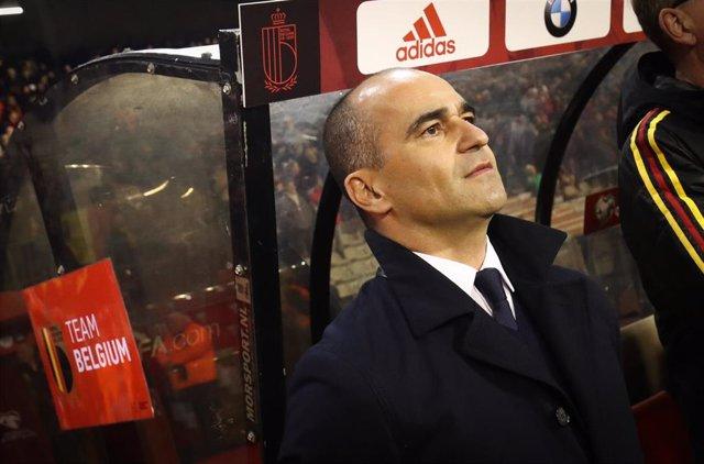 Roberto Martínez, pensativo en el banquillo durante un partido de la selección belga
