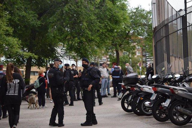 Dispositivo policial en la plaza Artós de Barcelona por una concentración convocada contra el Gobierno central.