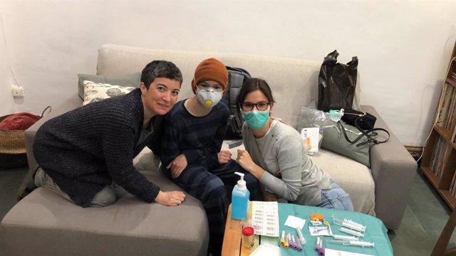 Sanitaris de l'Hospital de Sant Pau de Barcelona, en una visita domiciliària a un pacient pediàtric d'oncologia, especialment vulnerable al coronavirus si es desplacés fins al centre