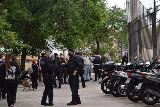 Dispositiu policial a la plaça Artós de Barcelona per una concentració convocada contra el Govern central.