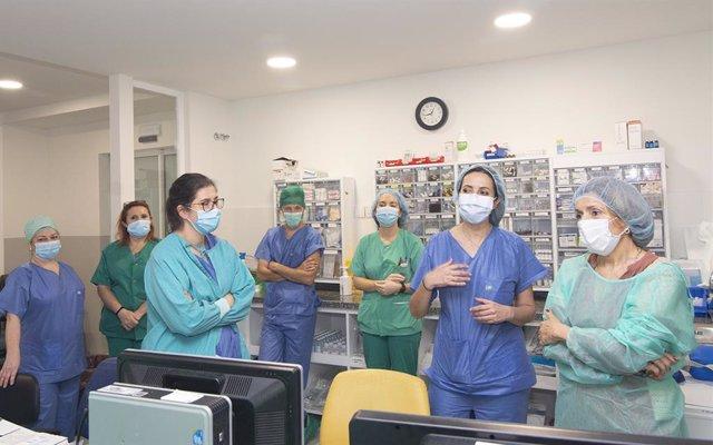 La delegada de Salud y Familias de la Junta en Córdoba, María Jesús Botella, visita la Unidad de Críticos Postquirúrgicos