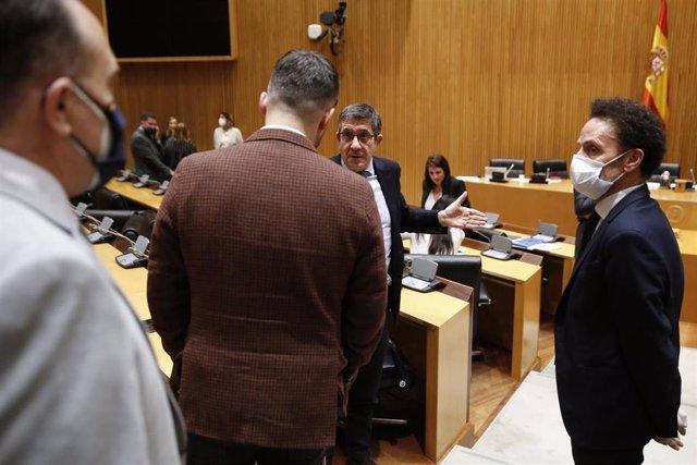 El presidente de la comisión, Patxi López, junto a los diputados de ERC Gabriél Rufián y Ciudadanos Edmundo Bal