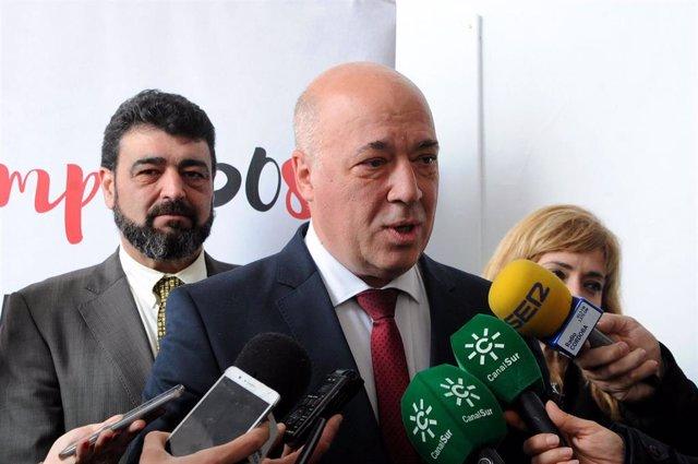 El presidente de la Diputación de Córdoba, Antonio Ruiz, atiende a los medios de comunicación en una imagen de archivo