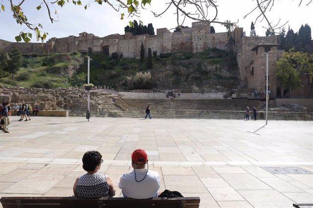 Turistas el entorno del Teatro Romano de Málaga.