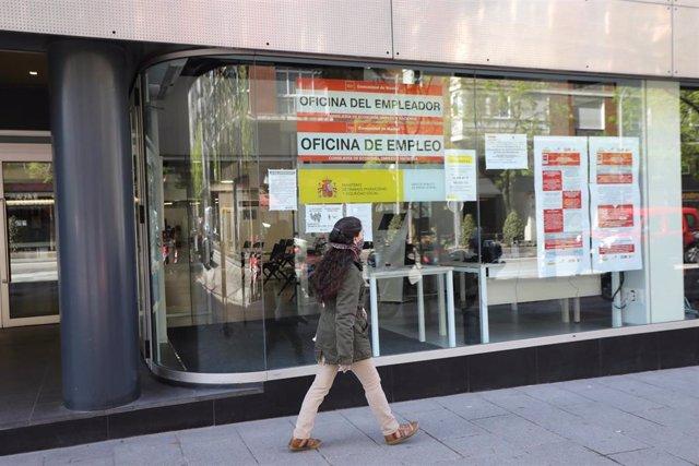 Una mujer pasa frente a una oficina de Empleo