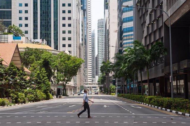Un carrer gairebé desert a Singapur