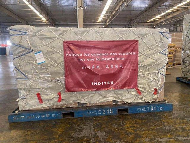 Paquete en un carguero preparado para ser enviado en el que se lee 'Aunque los océanos nos separen, nos une la misma luna'. Este es uno de los paquetes que incluyen algunas de las 300.000 mascarillas donadas por Inditex que llegarán a España desde China