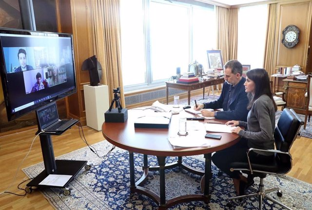 Los Reyes han mantenido hoy por videoconferencia un encuentro abierto con representantes de la nueva generación creativa del panorama cultural español. Han conversado con Elvira Sastre, Leti Sala, Marwan y Defreds