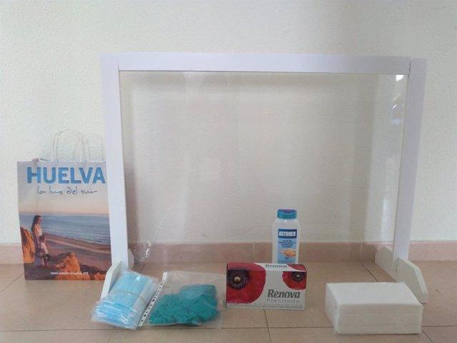 Material de protección que la Diputación de Huelva reparte a sus trabajadores de los servicios sociales