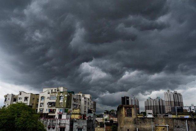 Nubes sobre Calcuta ante la llegada del ciclón 'Amphan'