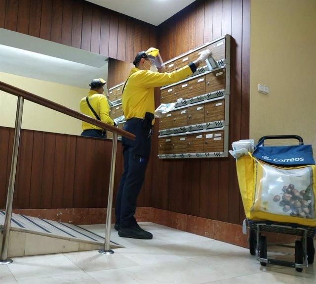 Imagen del reparto a domicilio de mascarillas que hace Correos en municipios andaluces.