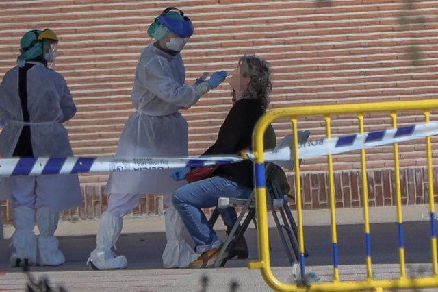 Una sanitaria le realiza a una trabajadora de servicios esenciales del Ayuntamiento uno de los test Covid-19