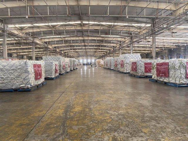 Paquets en un vaixell de càrrega preparats per enviar amb 300.000 màscares que ha donat Inditex i que arribaran a Espanya. Xina, 21 de març del 2020.