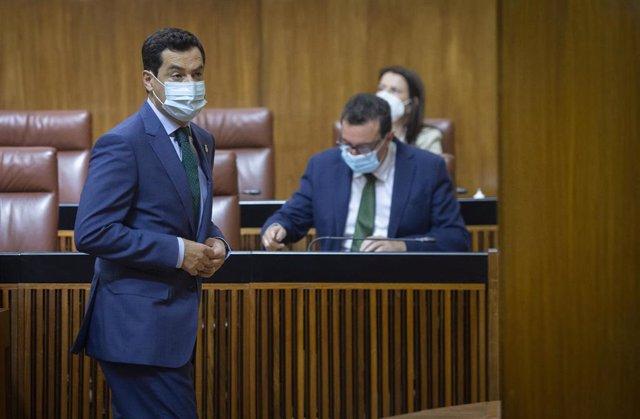 El presidente de la Junta de Andalucía, Juanma Moreno, al inicio del Pleno del Parlamento.