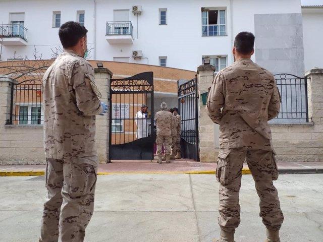 Militares ante la residencia de mayores de Alcalá del Valle