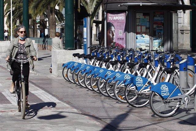 Usuarios de bicicletas vuelven a utilizar el servicio reanudado por el Ayuntamiento de la capital donde ha estado suspendido por el virus COVID-19, en la imágenes dichos usuarios utilizan la estación de Plaza de La Marina. Málaga a 13 de mayo del 2020