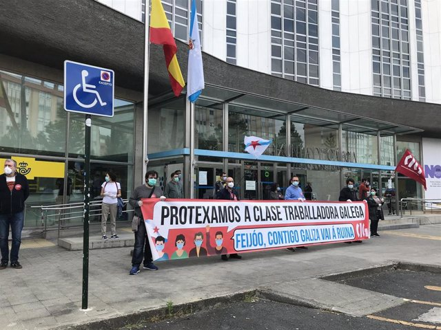 """La CIG se concentra delante del edificio de la Xunta en A Coruña para protestar por las """"políticas suicidas"""" del Gobierno de Feijóo"""