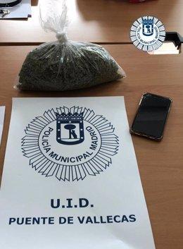 Imagen de la droga y el móvil requisado al pasajero de VTC detenido por la Policía Municipal de Madrid.