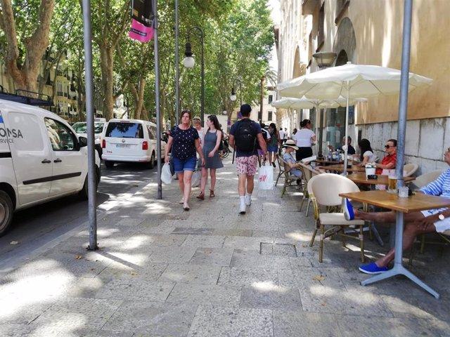 Personas paseando por el centro de Palma en verano.
