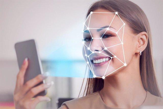 Una mujer usa su smartphone para identificación biométrica