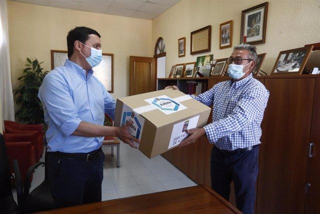 El presidente de la Diputación entrega 400 mascarillas FFP2 al alcalde de Íllar (Almería)