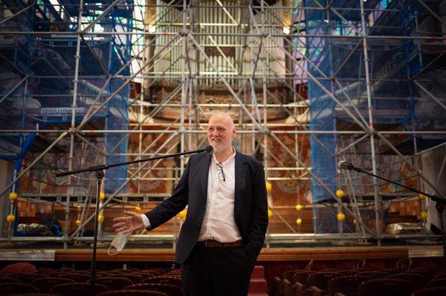 El director general del Palau de la Música, Joan Oller, explica la restauració de l'escenari